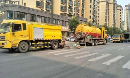 吸污车助力创城 彻底疏通城区下水道